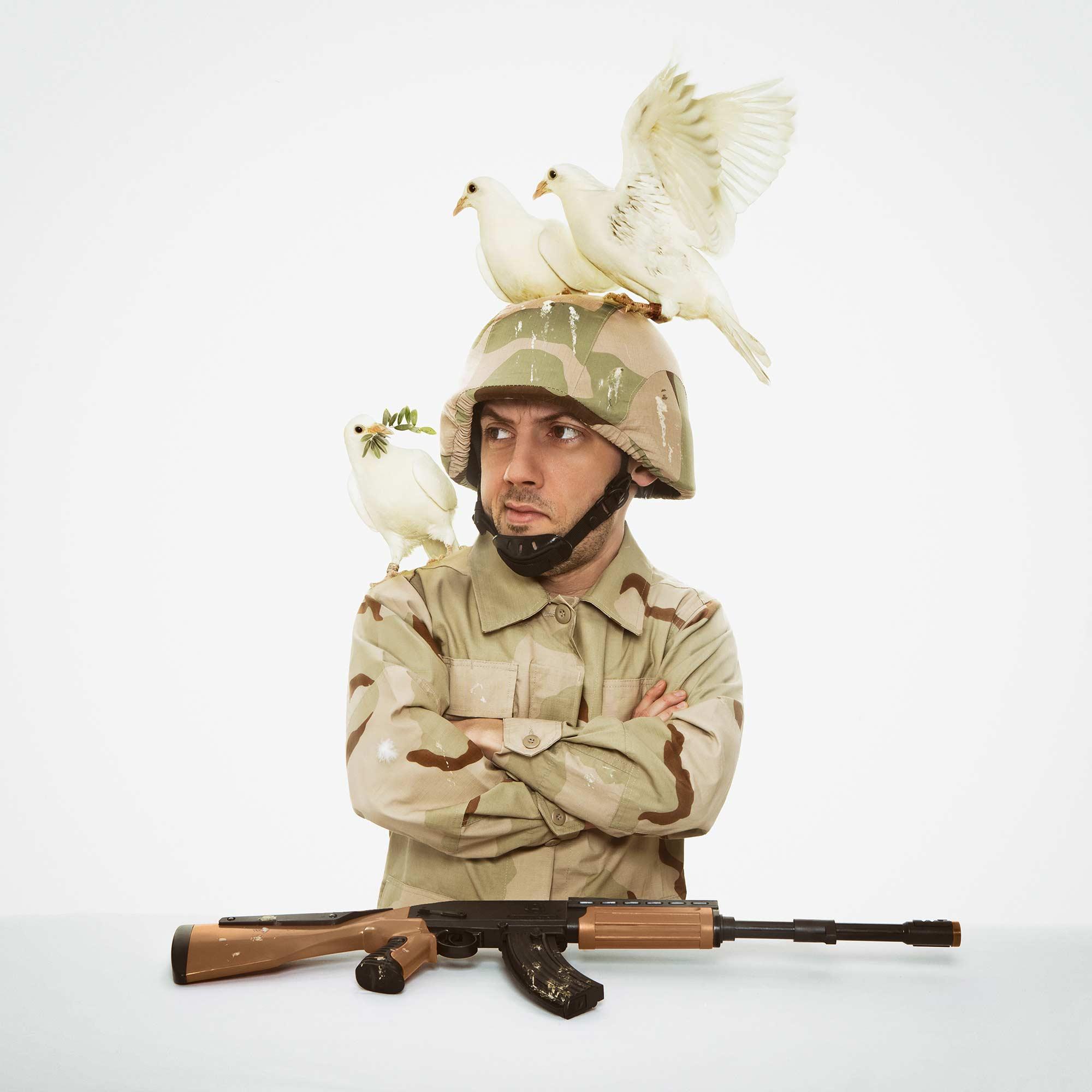 Portrait eines Soldatens mit Friedenstauben vom Fotografen Fritz Phillipp aus Frankfurt im Rhein-Main-Gebiet