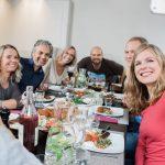 Die Imageaufnahme einer am Tisch sitzenden Gruppe beim Essen, die gerade ein Selfie macht, von dem Fotografen Fritz Phillipp aus Frankfurt im Rhein-Main-Gebiet