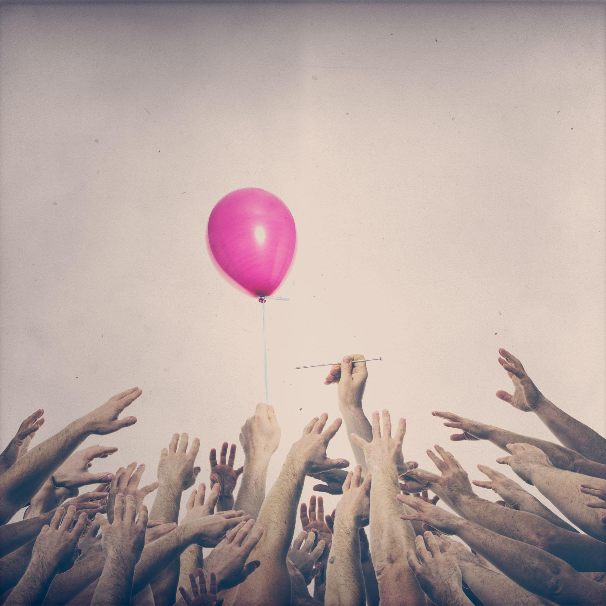 Das Bild des Fotografen Fritz Philipp aus Frankfurt mit den Thema Flüchtlingskrise zeigt viele Hände die alle nach einem Luftballon greifen