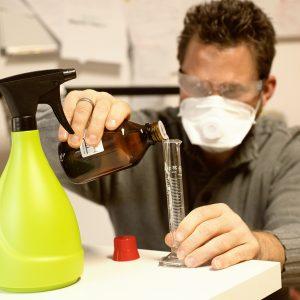 Der Frankfurter Fotograf Fritz Philipp gießt Glycerin in einen Messbecher um für ein Fotoshooting Schweiß herzustellen