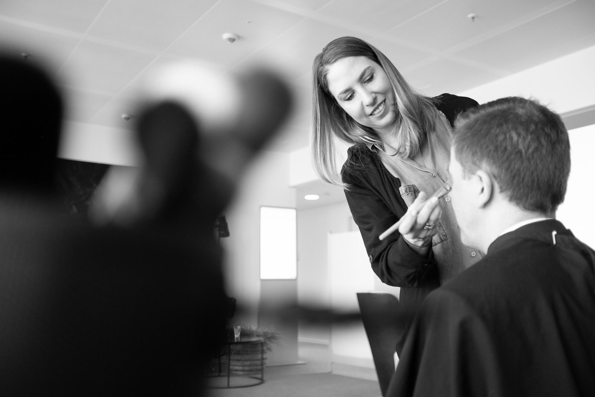 Das Portrait, aufgenommen von fritzphilipp photography, der Make-up Artistin Maria Peschel zeigt diese bei der Arbeit, sie gibt in unserem Blog auch Make-up Tipps für Portraits