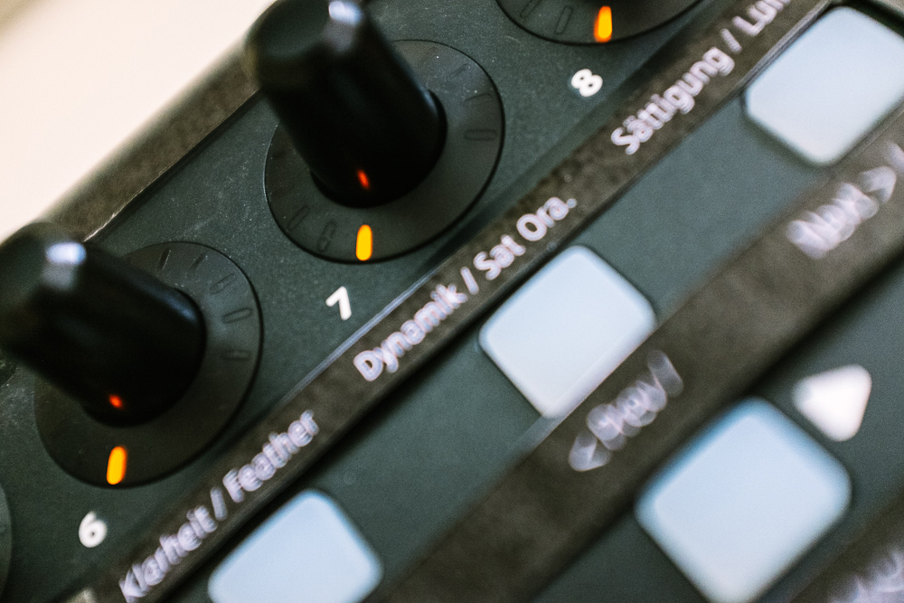 Makrofotografie des MIDI-Controllers X-TOUCH MINI von Behringer von fritzphilipp photography