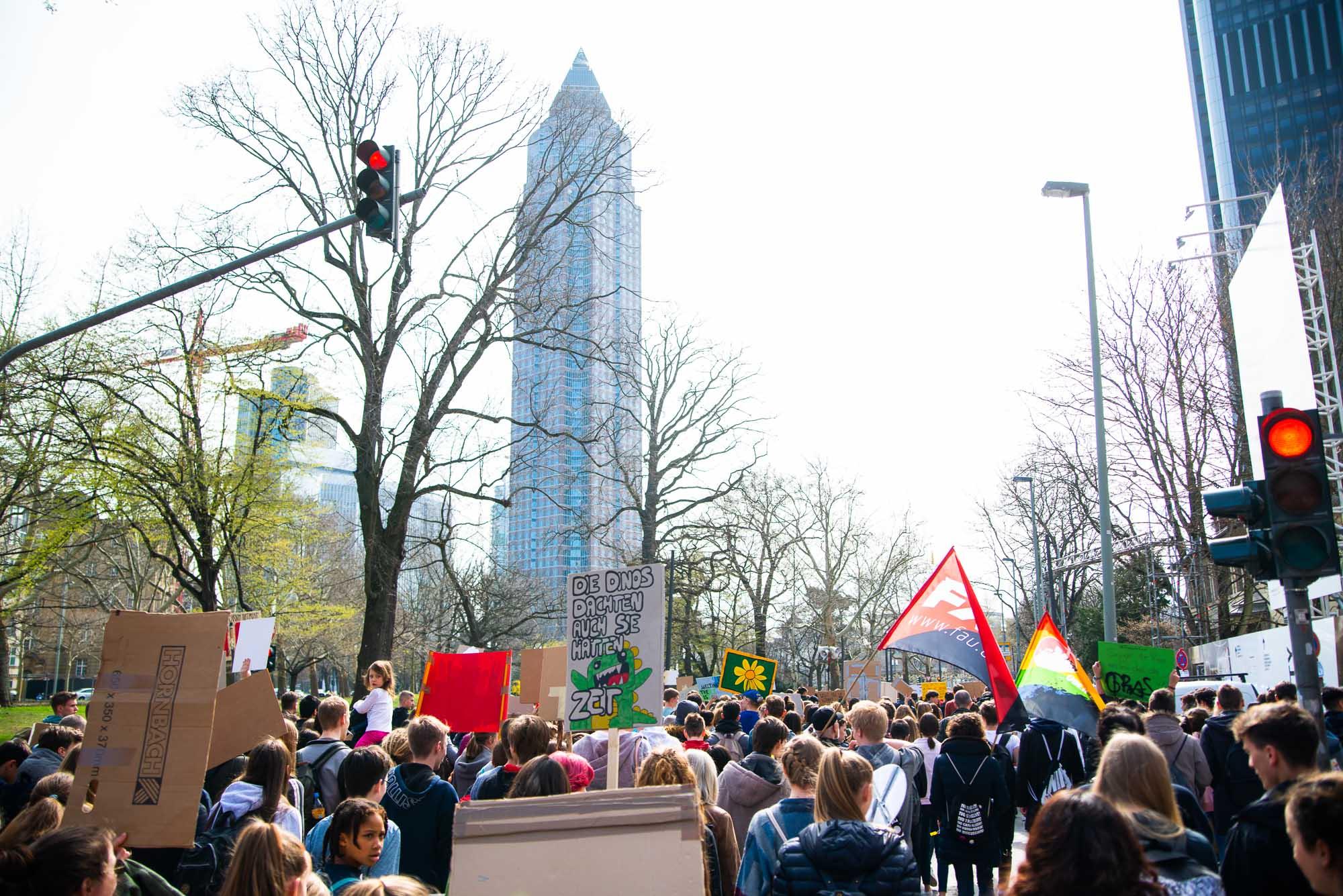 Das Foto von fritzphilipp photography zeigt eine Frankfurter fridays for future-Demonstration, im Hintergrund sieht man den Frankfurter Messeturm
